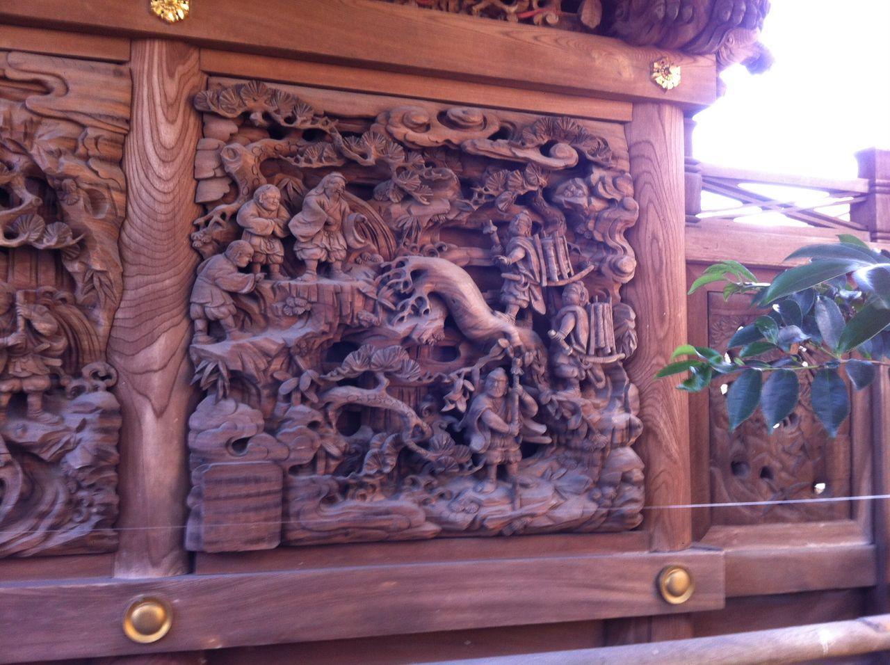 北面の、源頼光と家来の四天王の一行が山伏に変装して大江山の酒呑童士(しゅてんどうじ)の鬼退治に行く様子が彫られています